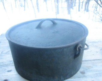Cast iron cooking pot (11 in.)