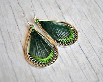 Peruvian inspiration thread earrings | green  silk thread earrings | woven earrings | boucles d'oreilles | native american earrings