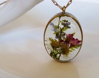 Boho pendant made with real flowers in resin: forget me nots and daisies for the romantic, the festival girl, the Bohemian