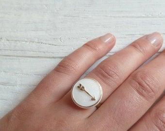 Arrow vintage Glas Ring mit goldenem Pfeil adjustable Valentinstag