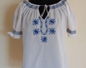 Vintage Womens White Embroidered Blouse - Size Medium/Large