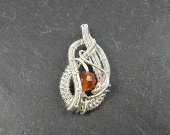 Mini Pendant Nya for women in woven silver sterling wire and Cornaline