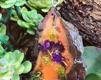 terrarium geode agate crystal with moss and purple limonium flowers preserved in resin statement pendant, necklace , purple, love, energy ,