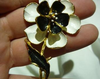 D82 Vintage Black, White & Gold Flower Pin, Center of Flower is on a Spring.