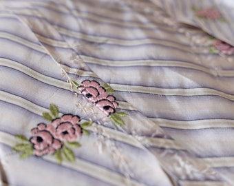 Francés de 1800 rara de seda vestido de jacquard brocado floral hecho a mano Adorno, púrpura, rosa, chartreuse, traje diseño sombrerería decoración tapicería