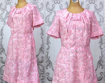 Vintage 50's House of Bloom Dress   Pink 1950's Novelty Print Day Dress   Mid Century Scenic Print   Pleated Neckline Detail   Size Large