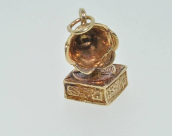 9ct yellow gold gramophone charm