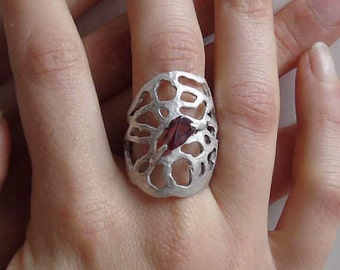 Prickly pear leaf texture ring built in solid silver. Garnet gem inregolare. Desing bio of Alexander Macdonald