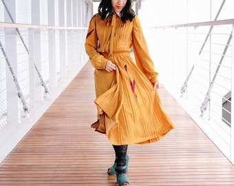 Quill and feather mustard dress / Japanese vintage dress / Mustard dress / Novelty print dress / Retro dress / Pleated dress / Size small