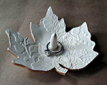 Ceramic Leaf Ring Holder OFF White with gold edging
