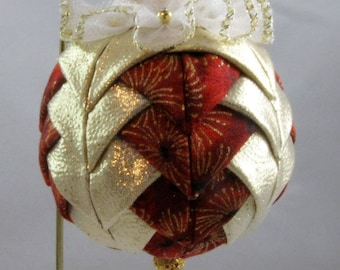 Quilted Chrismas Ornament - Gold and Red 106