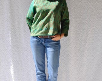 Green Silk Boho Blouse || Vintage Ikat Shirt. Medium Ethnic Blouse with Three Quarter Sleeve. Short Waist Boho Blouse. Retro Hippie Ikat Top