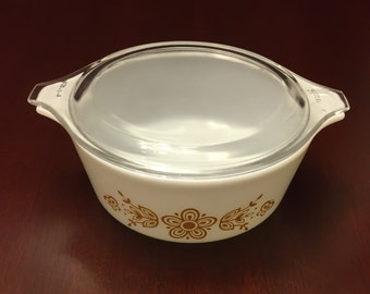 Vintage PYREX Butterfly Gold Cinderella round casserole with lid. In very good vintage condition