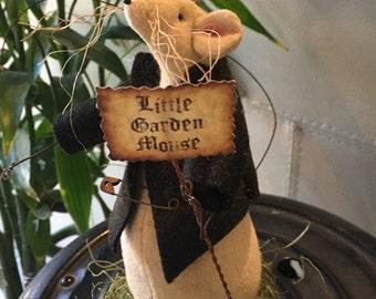 Primitive Garden Mouse , Little Garden Mouse  with Sign , Country Decor , Fabric Mouse , Handmade Folk Art , Garden Decoration , Room Decor