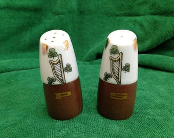 Vintage pair (midcentury) of salt and pepper wood and painted porcelain shakers with Irish motifs - Late 50s, early 60s - EUC