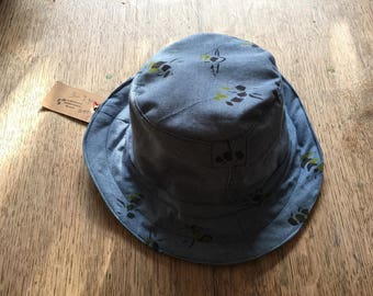 Sun hat in antique linen with handprinted bees