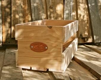 """Sanctus Sound Vinyl Record Crate for 7"""" / 45s, Cedar"""