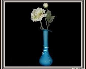 Fraaie Murano stijl glazen vaas. Blauwe vaas van glas in Italiaans lichtblauw dessin. Vintage glaswerk. Babyblauwe murano stijl vaas.
