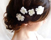 white flower hair pins, hair flower wedding, white hair clip, pearl hair pins, bridal hair pins, floral hair pins, hair clip wedding