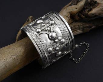 Lovely old Bedouin hinged bracelet.  Old RachAida bedouin bracelet.  Antique Bedouin Silver Bracelet.  Old silver bracelet Eritrea / Sudan