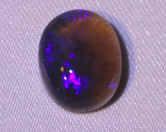 3.81 cts - black opal, dark Lighting Ridge semi-cristal, Australia - oval cabochon