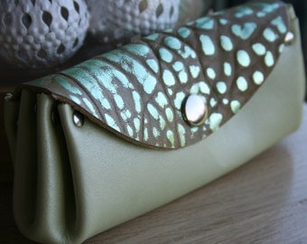"Wallet with compartments in Pearly lime green calf leather and metallic leather effect ""bubble"" seamless"
