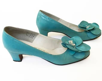 Vintage 1960s Flower Pumps, Vintage Heels, Girly Pumps, Vintage Leather Pumps, All Leather Heels, Rosette Trim, 2 Inch Heel, Size 6.5M