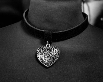 Collar with heart-shaped pendant