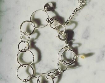 Bracelet en anneaux de fil rond d'argent sterling et perles naturelles d'eau douce