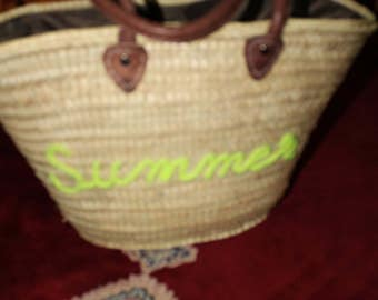 """simple basket embroidery on the front with a touch of """"originality made by the detail of the word embroidery, your choice, basket of the beach"""""""