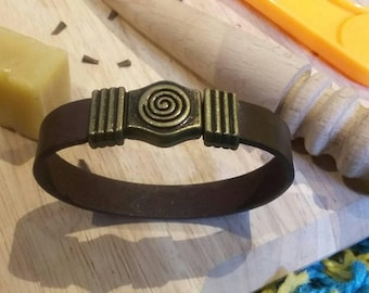 Leather bracelet with brass magnetic clip