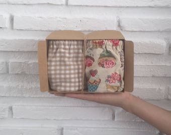 Pack of two cubrepanales shorts: one printed cup cake, roses and beige, and other stamped vichy beige for baby pictures.