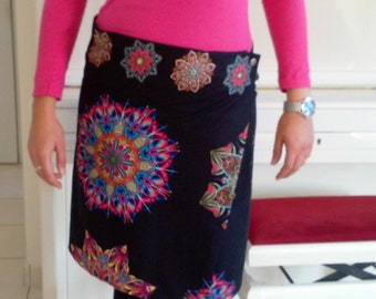 Black woman with multicolored patterns wrap skirt style desigual / Women's black wrap skirt with multicolored patterns desigual style