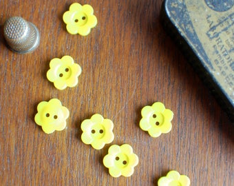 8 daisy buttons in yellow, flower shaped plastic buttons, novelty kids buttons 15mm or 5/8 inch wide