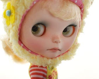 Blythe animal hat with fur chin strap - banana yellow winking sheep (spring limited)