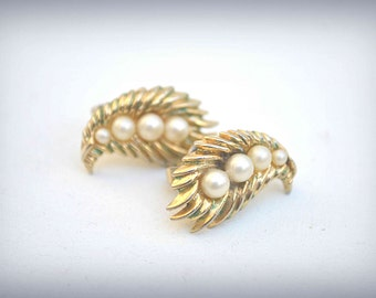 Gold Leaf Earrings, TRIFARI Earrings, Clip On Earrings, Pearl Earrings, 1950s Earrings, Vintage Earrings, Trifari Jewelry, Goldtone Earrings