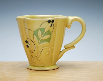 Cutie Floral Deluxe clover cup in Buttercup yellow gloss w. Green & Navy dots and detail, Victorian mod