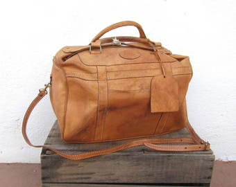 80s Medium Duffle Overnight Weekender Distressed Tan Leather Buckled Tote Travel Bag