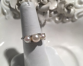 Sterling 3 pearl ring .