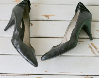 Vintage BLACK GLAM Bow Heels..size 7 womens..black. wedding. witch heels. retro. mod. designer. black gold heels. party. stiletto. mod. bow