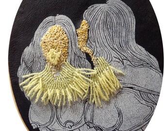 cadre reliquaire bombé vintage linogravure inspiration érotique imprimé sur cuir à l'encre à l'huile et rebrodée  , blanche