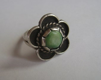 vintage green stone flower ring, sterling, size 5.25