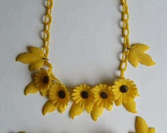 1920's Early Plastic Yellow Floral Matching Necklace & Bracelet