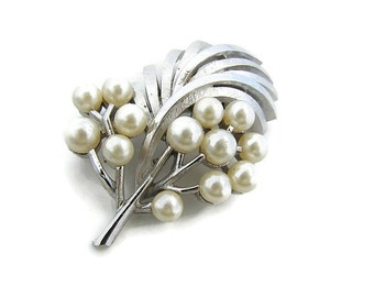 Silver pearl pin Bridal silver brooch Trifari pin Leaf pearl brooch Brooch for her Mothers day brooch Wedding brooch Silver tone brooch