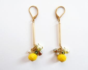 Earrings SANTA-MONICA hanging, in yellow, golden and green glass pearls. Creative jewel