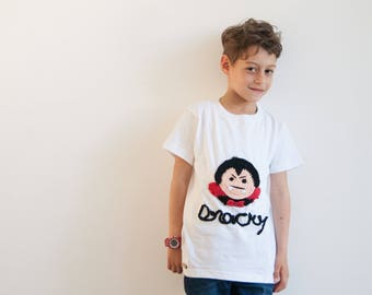 White t-shirt for kids with crochet design sewed on, short sleeves sweater in cotton for summer, personalized with applique