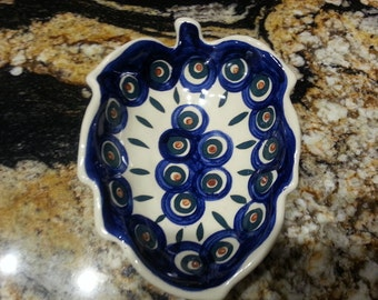 BOLESLAWIEC Polish Pottery Leaf candy dish/spoon rest made in Poland bought at factory / green/ navy pretty Peacock pattern small dish