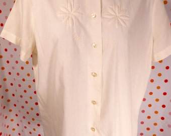 Pretty White Blouse with Embroidered Flowers French France Peter Pan collar 50's