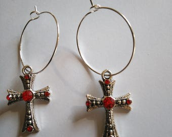 Boucles d'oreilles créoles argentées avec pendants croix strass rouge croix gothique catholique celtique