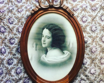 Beautiful oval wooden frame with a 1920s photo of a graceful lady. Art Déco. French antique. French classic.
